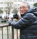 自慢の高性能カメラを手にする光本さん