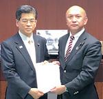 要望書を石井大臣に渡す中島