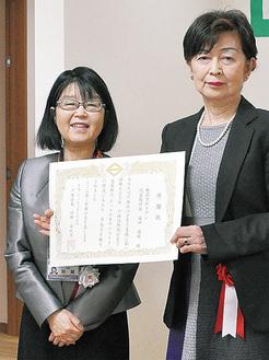田雑前区長(写真左)と感謝状を手にする益田代表取締役(写真右)