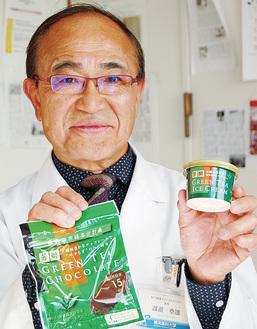 開発に携わった商品を持つ渡邉特任教授