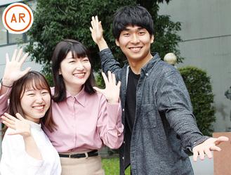 団体の広報担当を務める中大3年の新玉武弘さん(右)と俵山さん(中央)、小川千花さん。「フラッシュモブは、驚かせる方も幸せな気持ちになれるんです」と話している