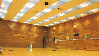 吊り天井が採用されている第1体育室