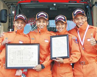 県大会での賞状やメダルを手にするチームメンバー