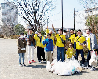 清掃活動を行う商店会のメンバー