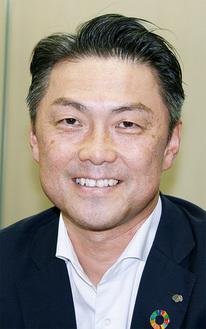 笑顔で今後の抱負を語る菊地支店長