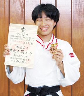 優勝の賞状とメダルを手にする井桁さん