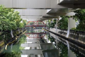 石井さんの作品。写真中央の赤色の橋がポイントになっている