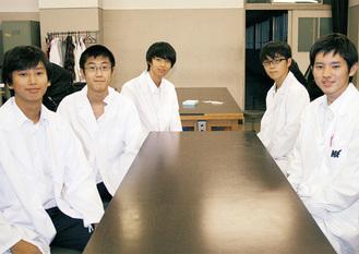 白衣を身にまとう舞岡高校科学部のメンバー