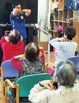 椅子に座っての介護予防運動