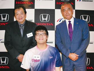 支援を受ける昌矢さんと純一さん(左)。右が大平社長
