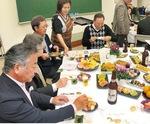 食事を楽しむ参加者ら