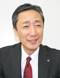 インタビューに答える吉泉区長