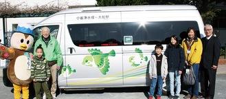 新型車両を前する福井会長(左)、栗原さん、村石部長(右)と小雀小児童