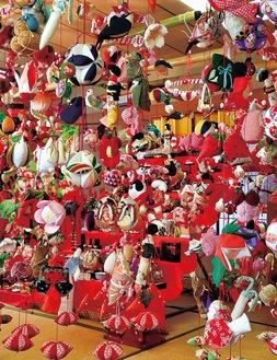 会場いっぱいにつるされた人形(昨年のもの=提供)