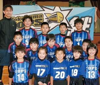 YokohamaTOPSのメンバー。左は市川監督