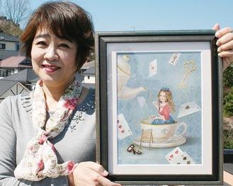 「華蝶風月」展に出展する「私のアリス」を手にする清水さん