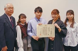 松岡理事長(左)と学生ら