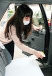 次亜塩素酸水を車内に噴霧する乗務員
