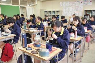 会話せず食事をする中学生たち