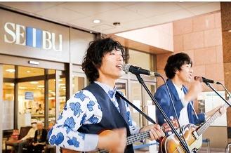 同店で歌う小川コータ&とまそん(昨年)