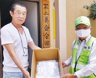 マスクを手に持つ水守さん(左)と土屋会長