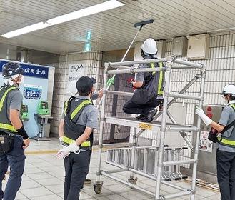 戸塚駅構内の清掃をするスタッフ