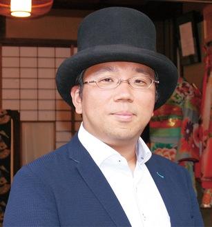 スタジオ前に立つ坂本貴光さん