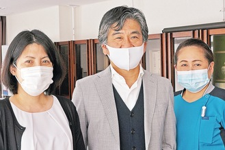 悦田会長(中央)と医師会事務局の代表者、訪問看護ステーションの管理者がマスク着用を呼びかける