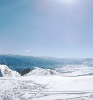 青空の下、積雪が広がる戸狩温泉スキー場