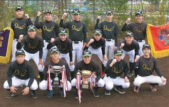 優勝カップを手にするオセアン横浜ヤングのメンバー