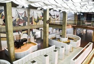 左/2層吹き抜けの大空間「市民広間」。右/執務室に見られたスピーカーと一体型の時計