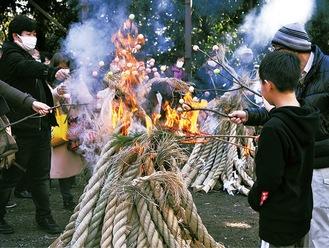 団子を焼く参拝者