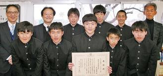 賞状に手にする高橋部長とメンバー。右端は澤野顧問