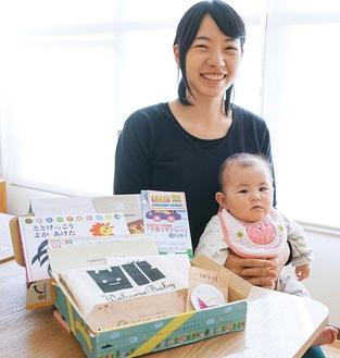 昨年7月に菜々恵ちゃんが生まれた焏徳さん(写真の出産祝い品はイメージ)