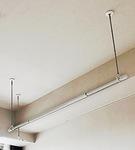 天井に取り付けられた物干し竿