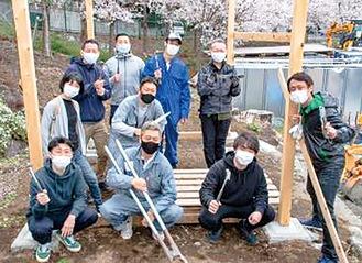 デッキを作成する地域貢献ラボのメンバー