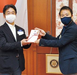 寺村さん(左)に目録を手渡す竹中副会長