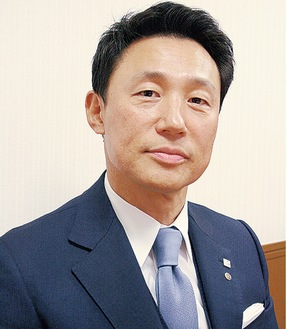 自社の取り組みについて取材に答える福嶋社長