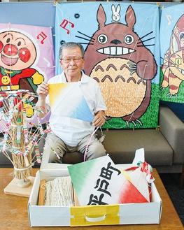 手製の絵付凧や50連凧、竹とんぼを手にする渥美さん