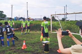 サッカーゴールを倒し、重さを意識させる訓練