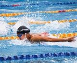 水泳バタフライで躍動