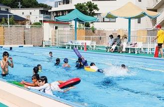 楽しそうに泳ぐ子どもたち