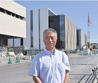 工事中の現場でインタビューに応える飯倉仁研究本部長