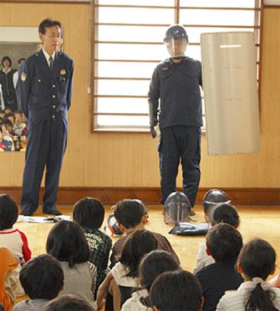 警察署の仕事学ぶ