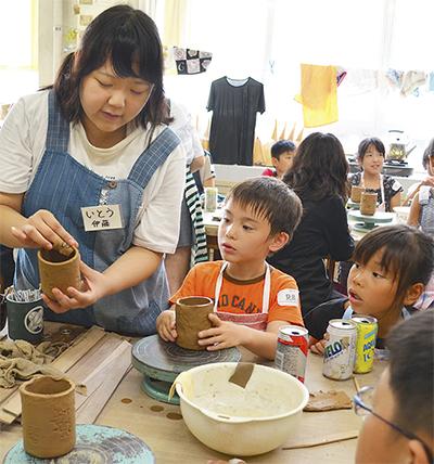 児童らが作陶
