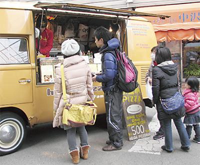 世界の料理が区民市場に