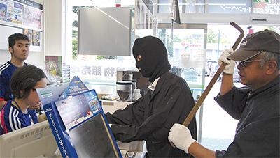 コンビニで強盗訓練