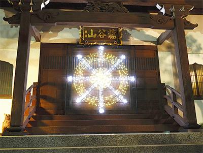 寺院でイルミネーション