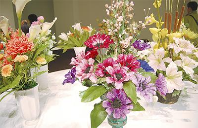 手作りの「花」が並ぶ