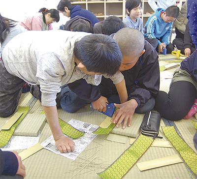 児童が畳作りを体験